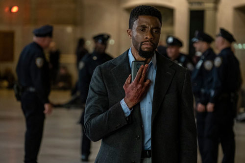 Back-Panther-Star Chadwick Boseman in seinem neuen Actionfilm rund um 21 Brücken