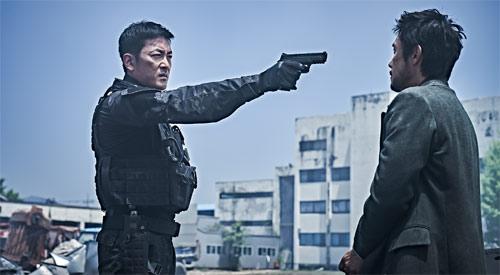 Lee Byung-hun und Ha Jung-woo belauern sich im südkoreanischen Katastrophenfilm