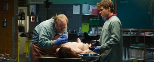 The Autopsy of Jane Doe Emile Hirsch und Brian Cox mit nackter Leiche