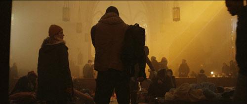 Bushwick Bautista und Snow in einer Kirche