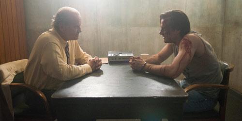 Buddy und Cop reden über Ereignisse in Walters Haus
