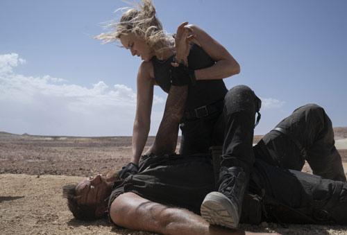 Josh Lawson und Jessica McNamee im Reboot des Videospiels