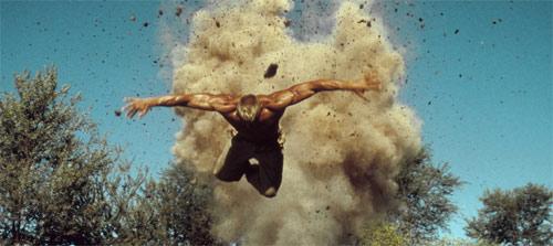 Red Scorpion Dolph Lundgren fliegt durch die Luft