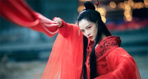 Elane Zhong als Dämonin