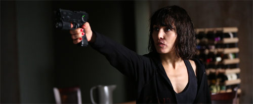 What Happened to Monday? mit Noomi Rapace mit Waffe